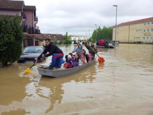 Verheerendes Hochwasser: Die Straßen stehen teilweise meterhoch unter Wasser - Foto: TANJUG