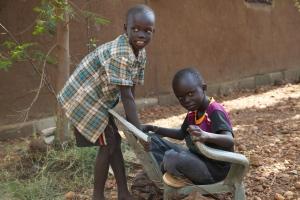 Endlich wieder Platz zum Spielen: Die SOS-Kinder fühlen sich wohl im neuen provisiorischen  Kinderdorf. Foto: George Hakim