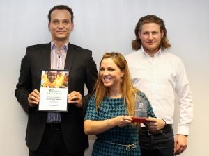 Die stolzen Gewinner bei der Preisverleihung, v.l.n.r.: Christian Uschald, Labinota Ramiqi und Giuseppe Luisi (alle Arena Direkt GmbH)